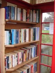 des rayonnages de livres à la disposition de tous